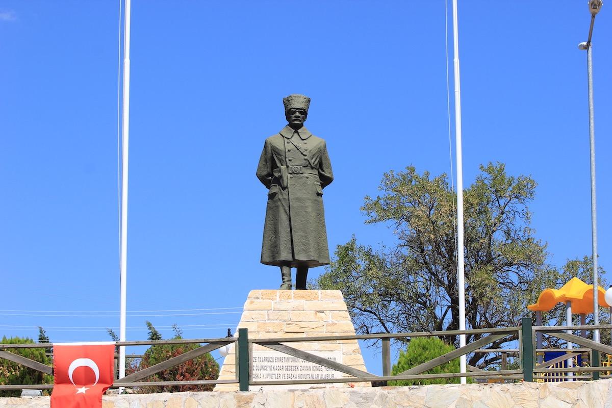 Памятник Мустафе Кемалю Ататюрку в Бигалы