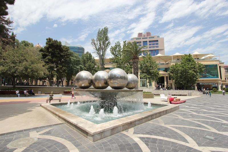 На Площади фонтанов в Баку