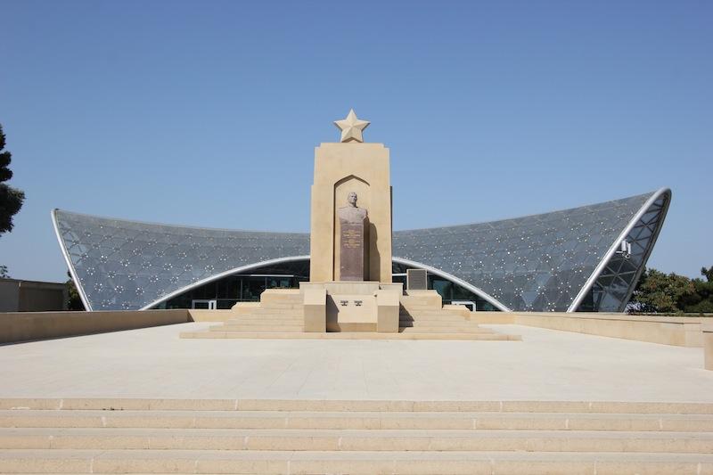 Памятник Ази Асланову в Нагорном парке