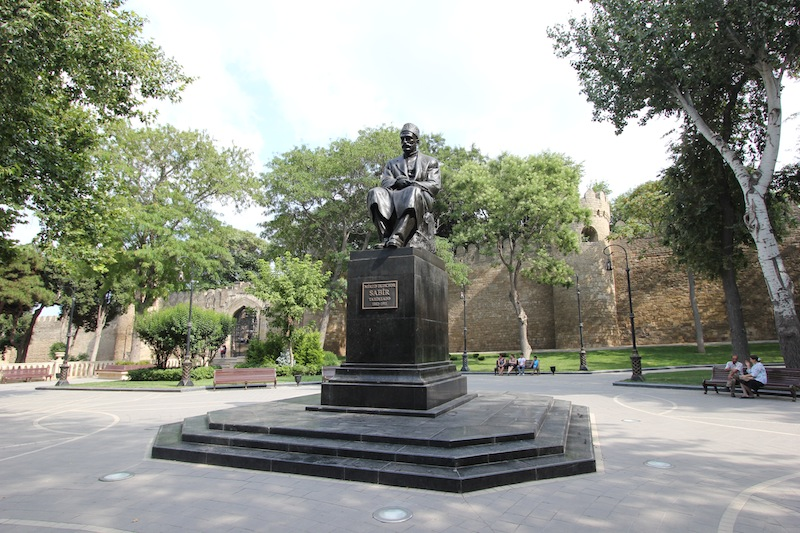 Памятник Мирзе Алекперу Сабиру