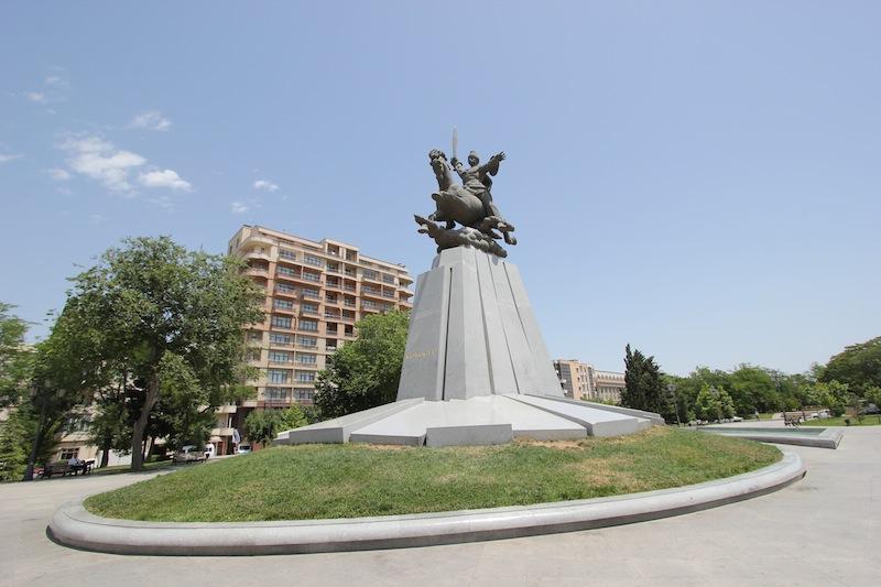 Памятник Кёр-оглы в Баку