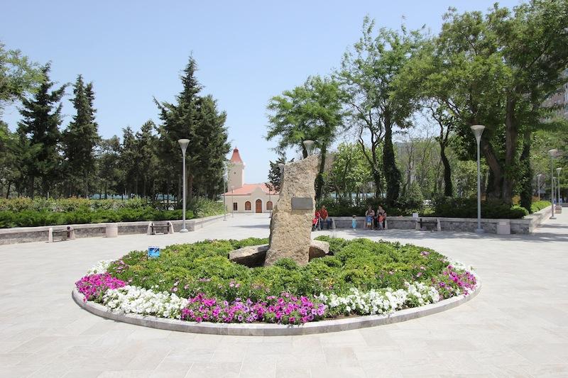 Памятная стелла в парке Деде Горгуд