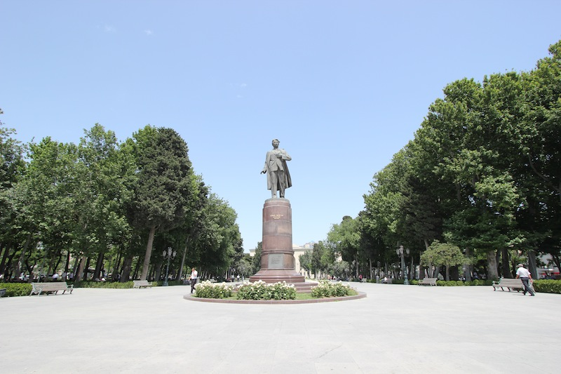 Памятник Самеду Вургуну в Баку