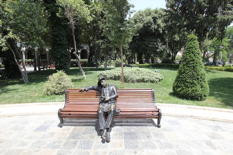 Забавная скамейка в Парке офицеров