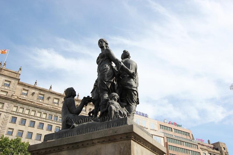 Одна из статуй на площади Каталонии
