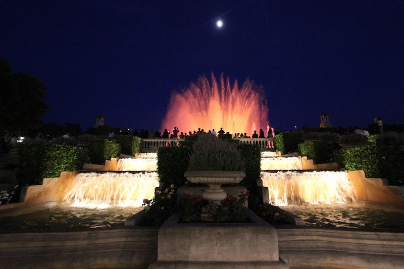 Магический фонтан вечером
