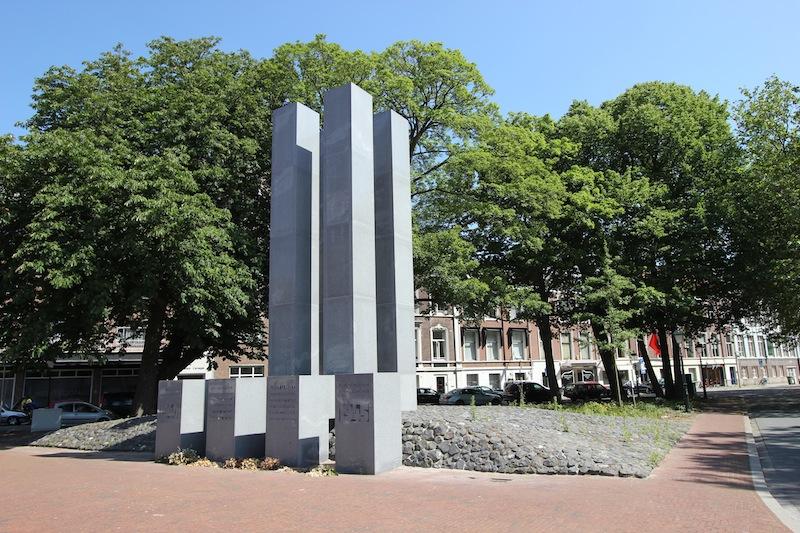 Монумент жертвам Второй мировой войны на площади Карнеги