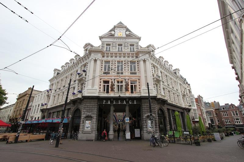 Вход в торговый центр Пассаж с улицы Гравенстрат
