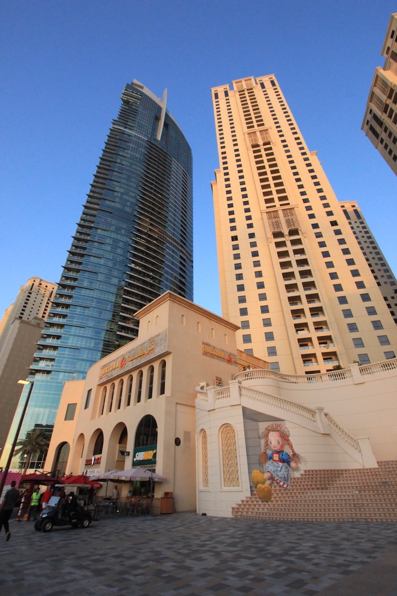 Жилой дом и одна из башен Аль-Фаттан