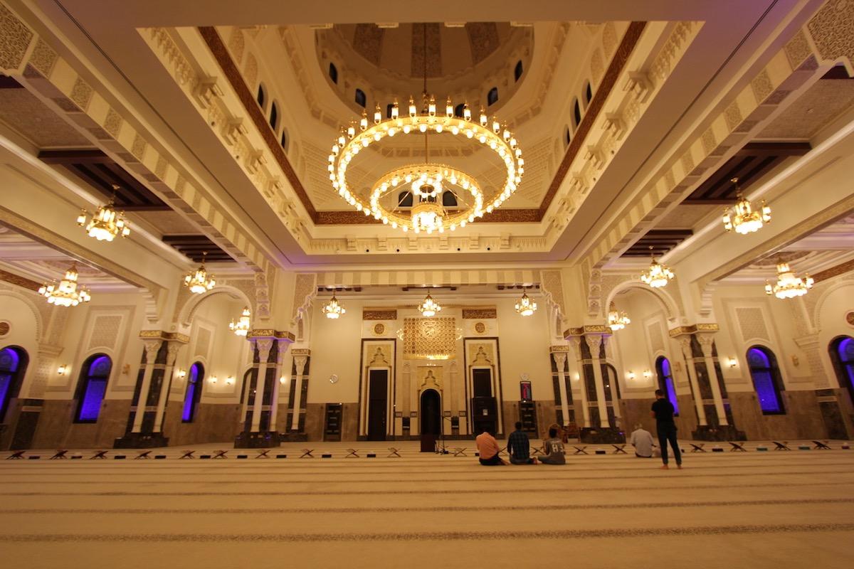 Внутри мечети Ар-Рахим вечером