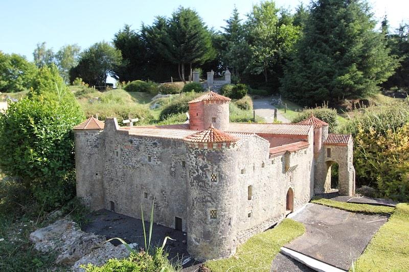Замок Монмор в департаменте Од