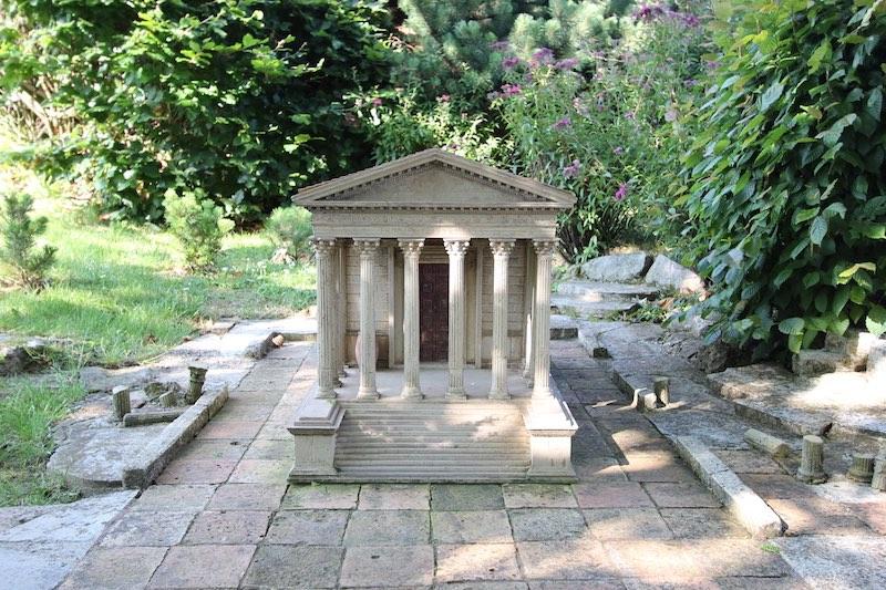 Древнеримский храм Мезон Карре в Ниме