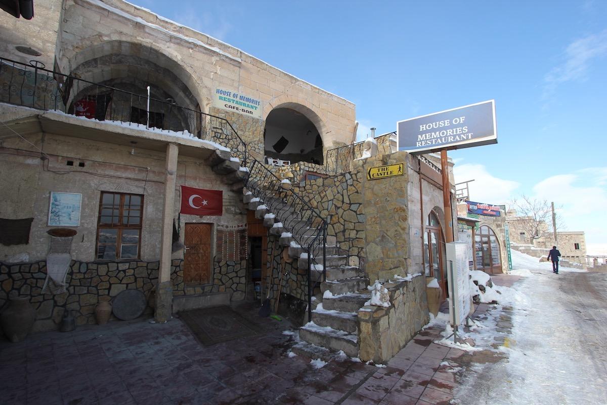Небольшой ресторан по дороге к крепости