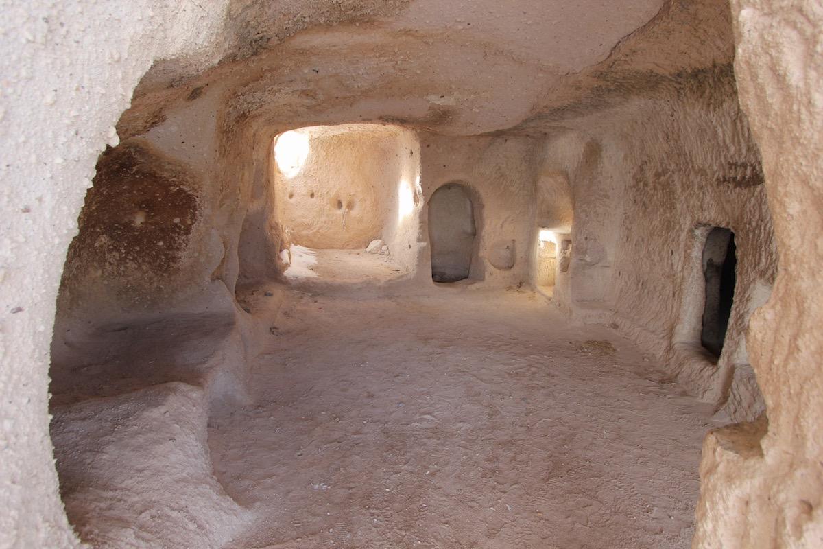 Для того чтобы прорубить пещеру в таком туфе, двум мужчинам было достаточно одного дня