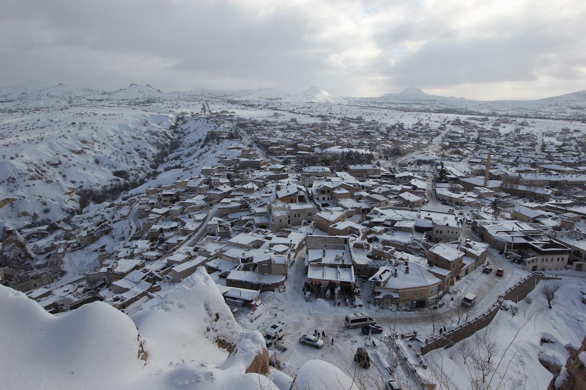 Вдали можно увидеть вулкан Хасандаг, вторую по высоте вершину Центральной Анатолии