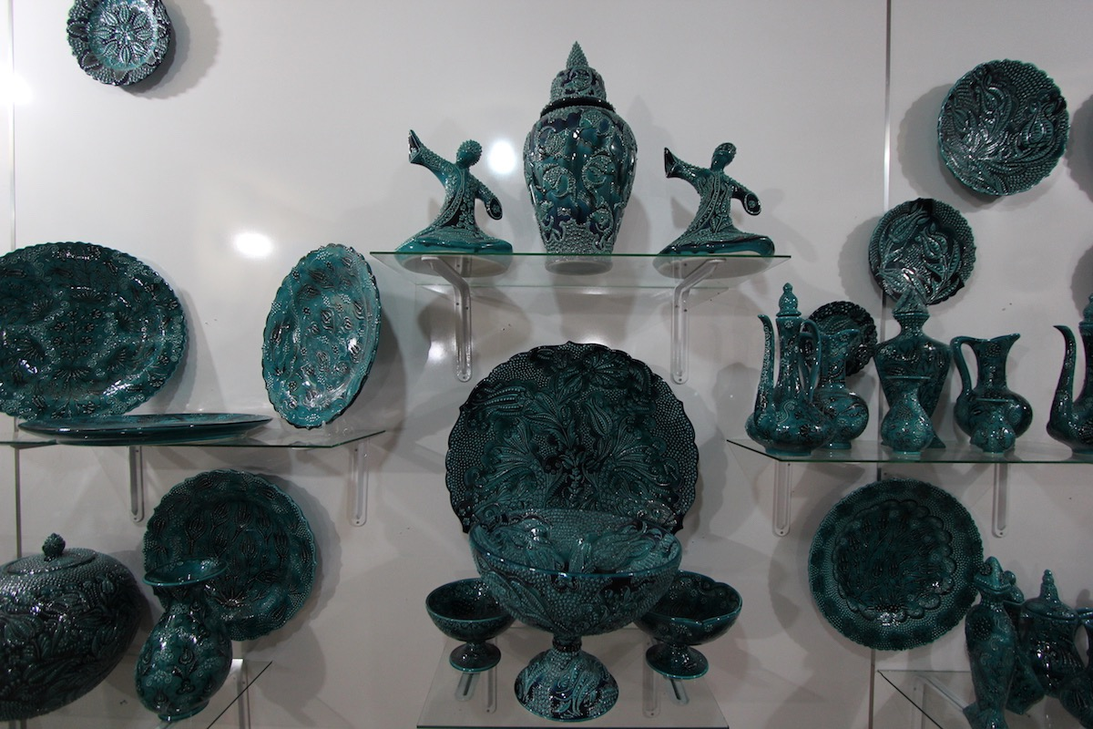 Для декорирования керамических изделий применяют цветные глазури