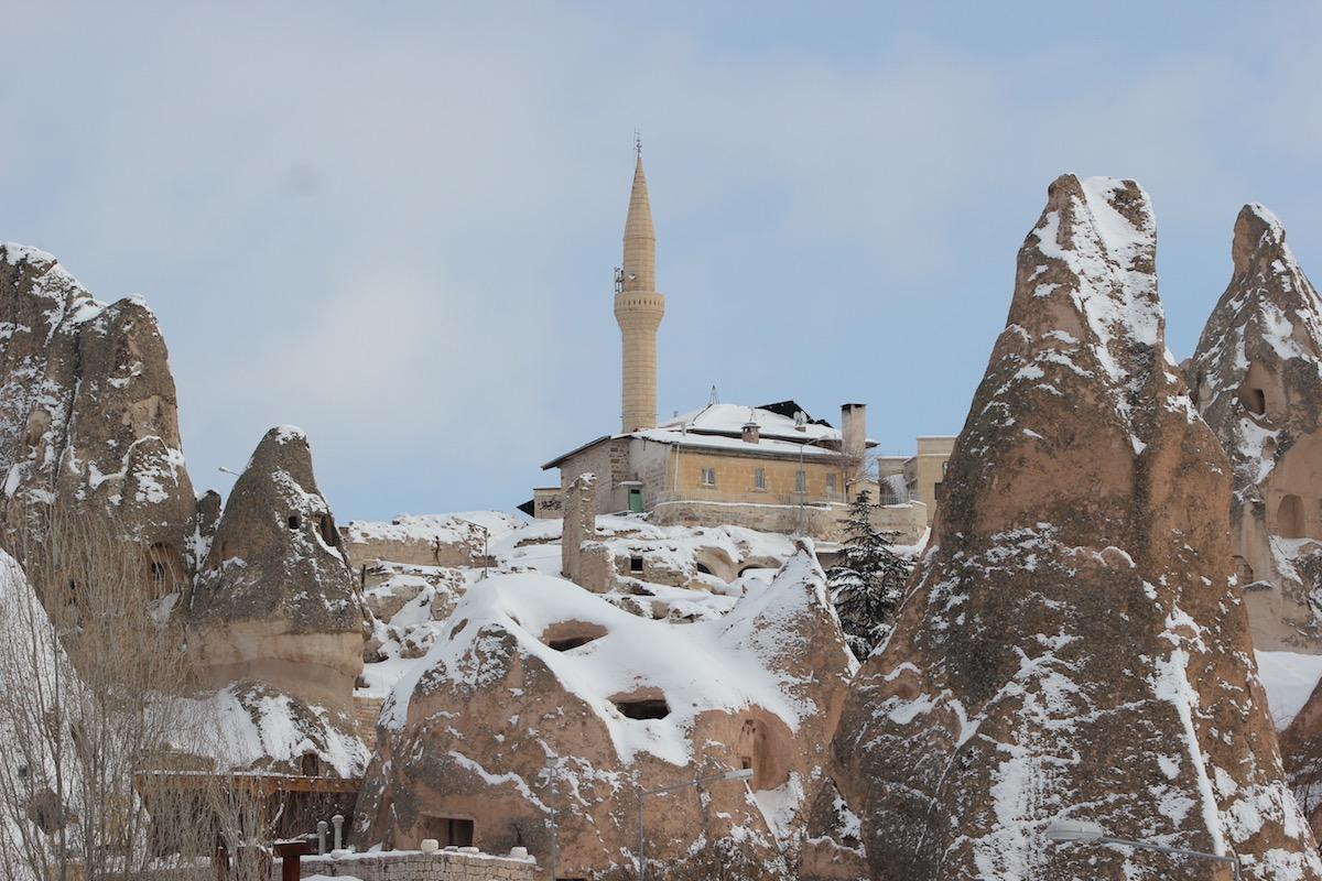 Небольшая мечеть на фоне худу