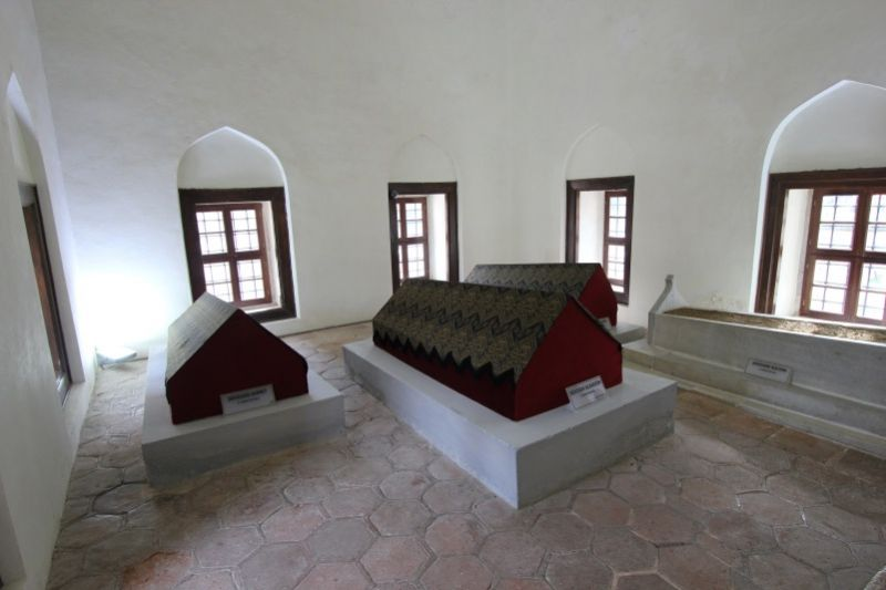 Внутри мавзолея шехзаде Аладдина
