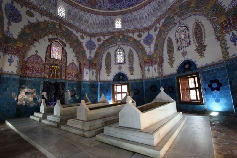 Внутри мавзолея Джем-Султан