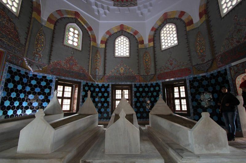 Внутри мавзолея шехзаде Махмуда