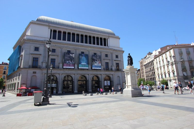 Памятник Изабелле II перед Королевским театром
