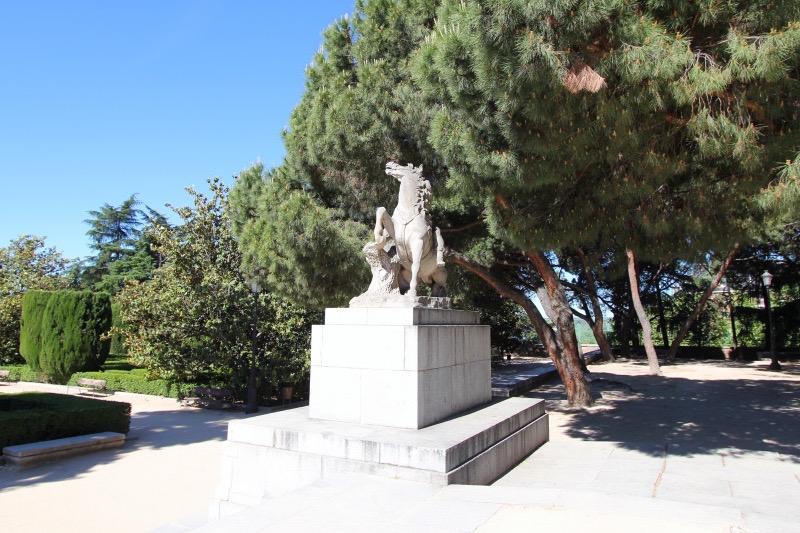 Скульптура перед входом в Сады Сабатини