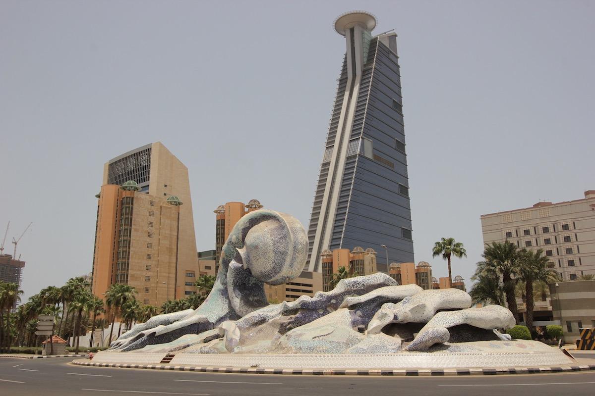 Скульптура морской волны перед отелем Jeddah Hilton