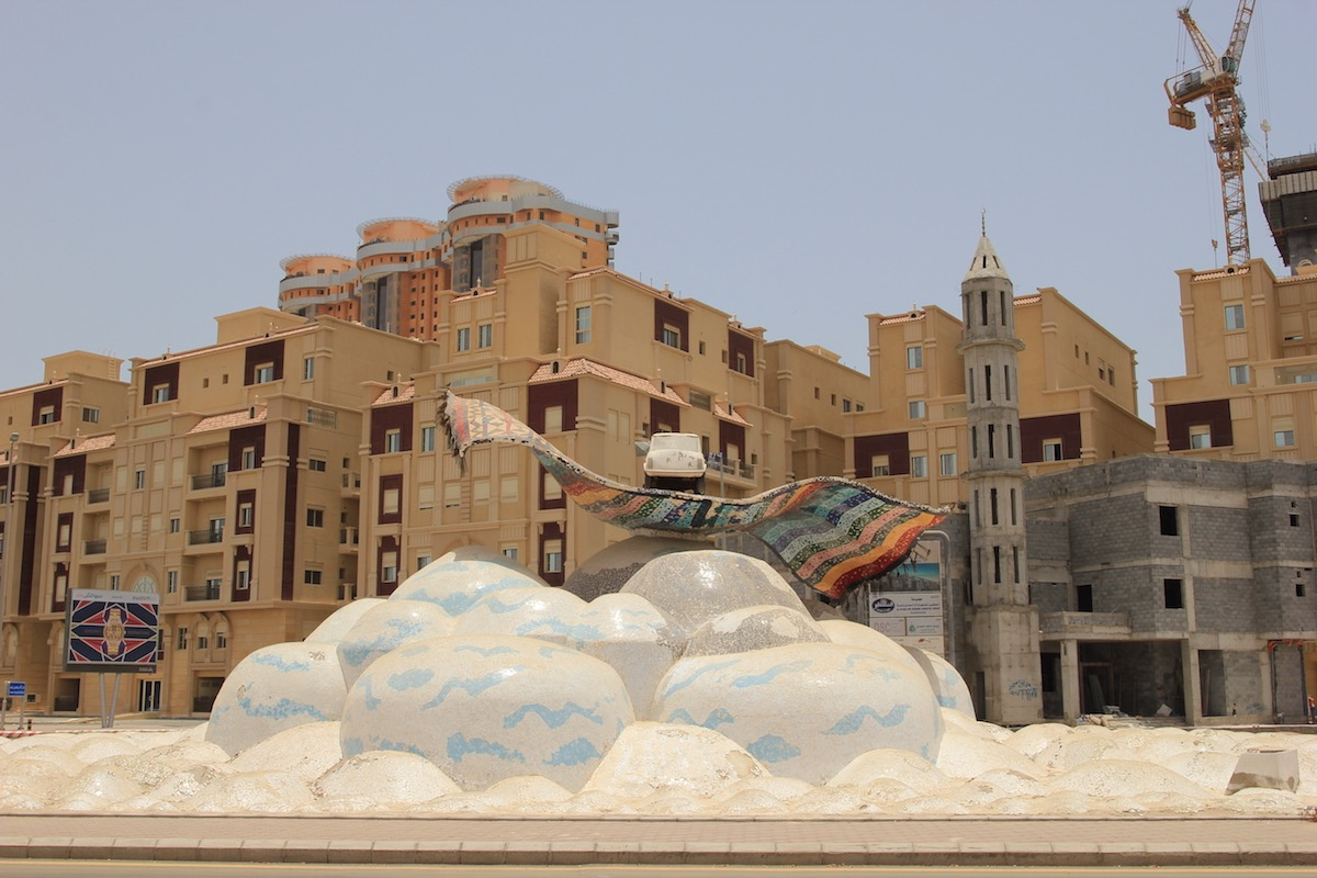 Скульптура на улице Эмира Фейсала ибн Фахда