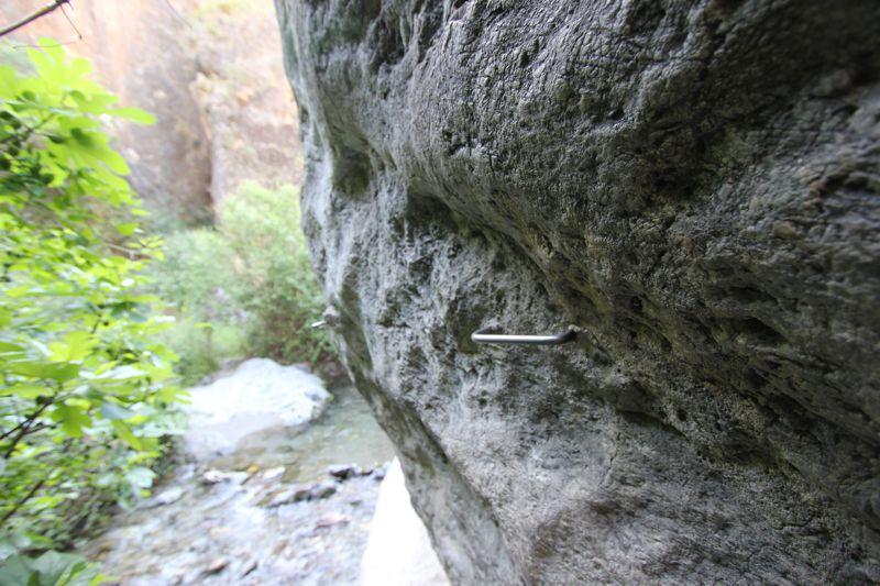 Стальные скобы в скале