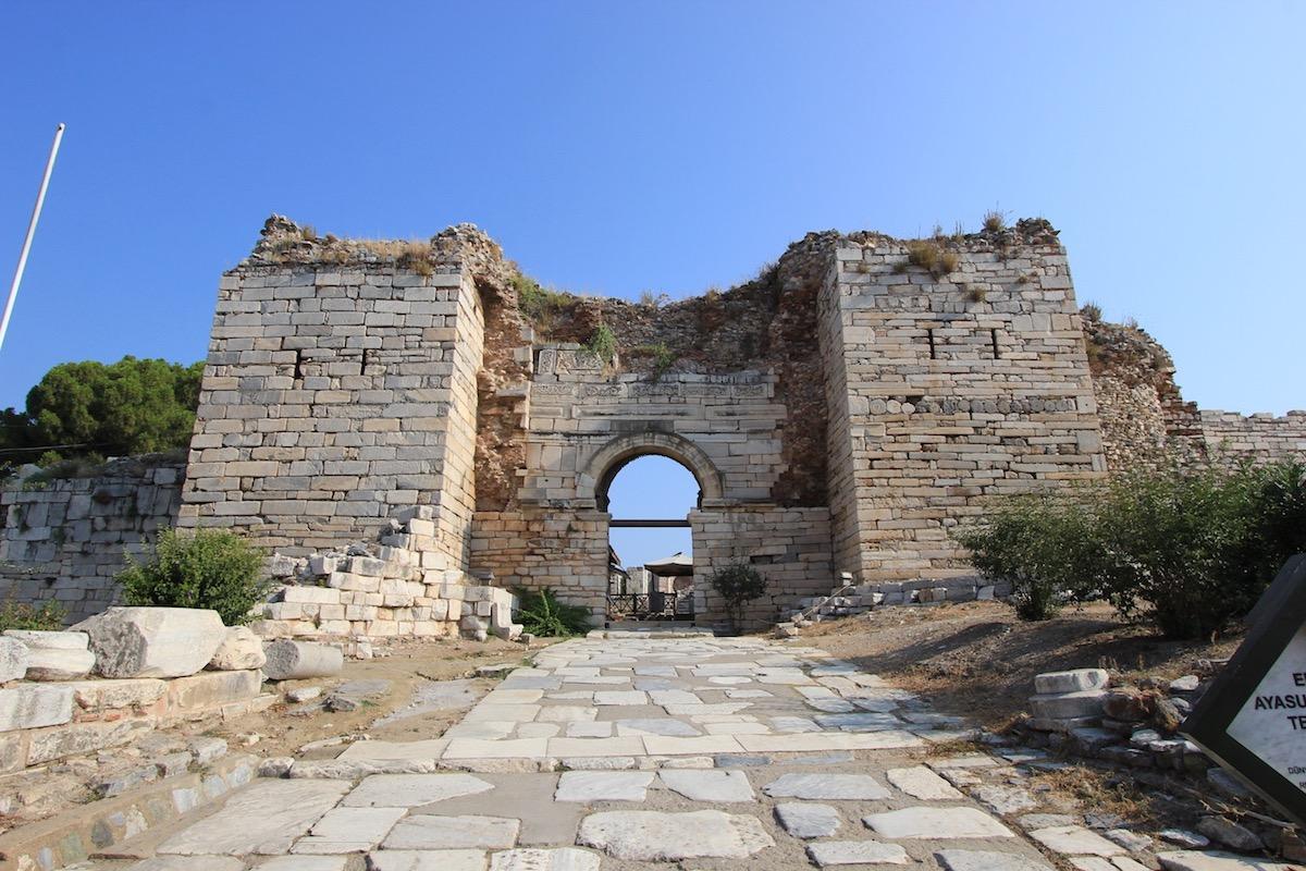 Ворота гонений перед базиликой