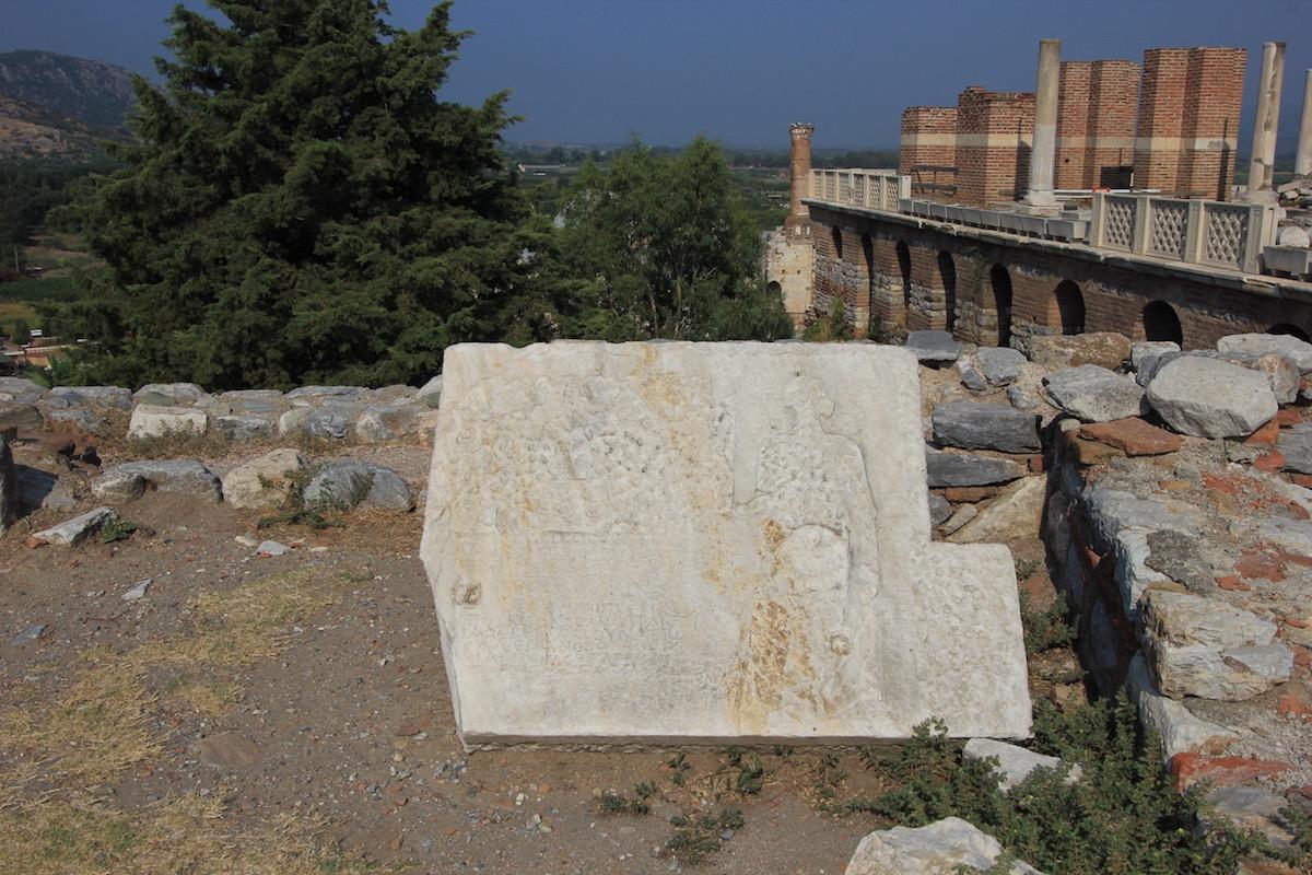 Древняя плита с изображением и надписью