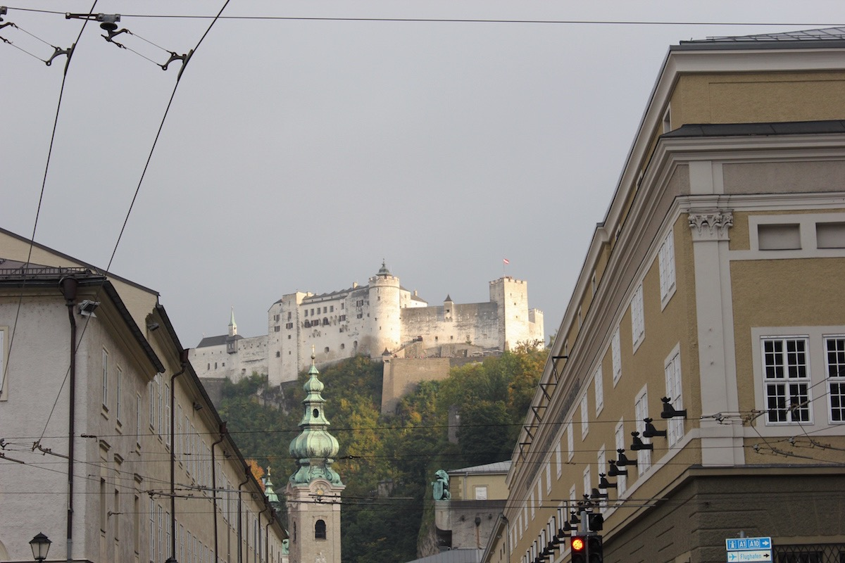 Вид на крепость Хоэнзальцбург с улицы Хофшталльгассе