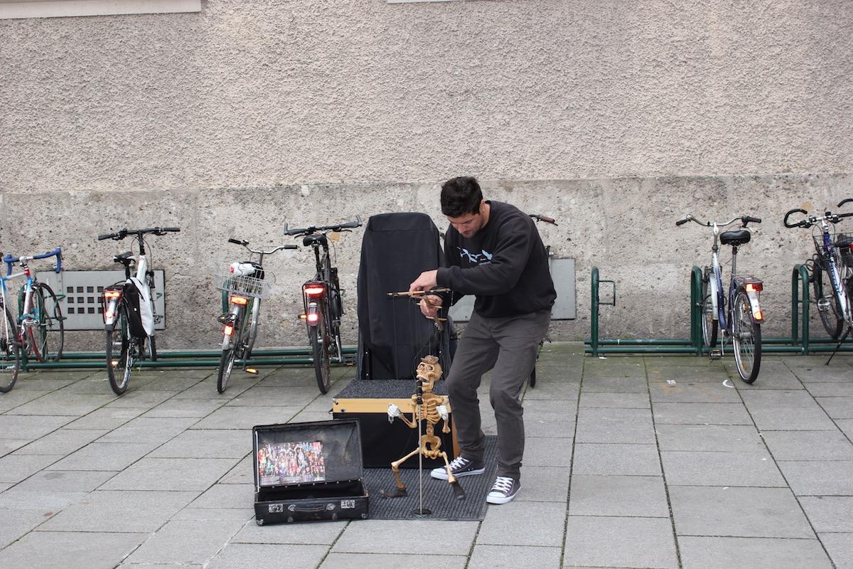 Небольшое шоу на улице Хурфюрстштрассе