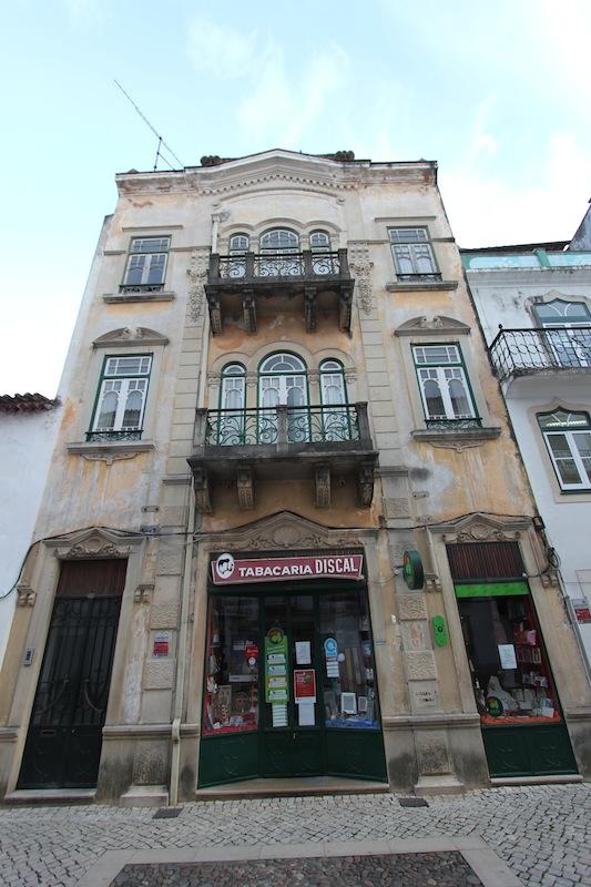 Фасад здания на улице Серпа Пинту